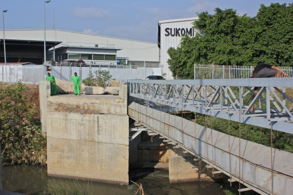Sukleen workers, so familiar with the crocodile that they have named it, alert us to its spot in the river.
